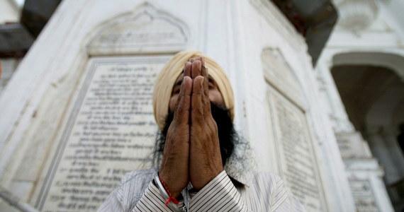 Dowództwo amerykańskich wojsk lądowych potwierdziło, że trzej Sikhowie, którzy chcą podjąć służbę wojskową i mają za miesiąc przejść szkolenie, będą mogli zachować charakterystyczne brody i nosić turbany. Decyzja w tej sprawie zapadła w piątek.