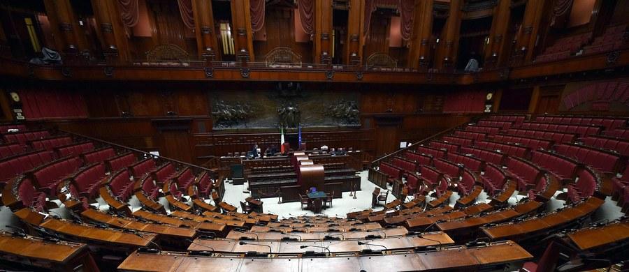 Takiej sytuacji we włoskim parlamencie jeszcze nie było. W sali obrad Izby Deputowanych podczas wtorkowych interpelacji obecny był tylko jeden jedyny parlamentarzysta, który słuchał odpowiedzi przedstawiciela rządu na postawione przez siebie pytania.