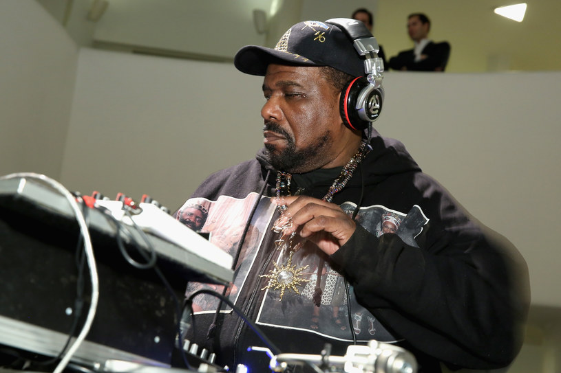 Jeden z pionierów amerykańskiego hip hopu, producent Afrika Bambaataa miał w latach 80. dopuścić się molestowania Ronalda Savage'a, który miał wtedy 15 lat.