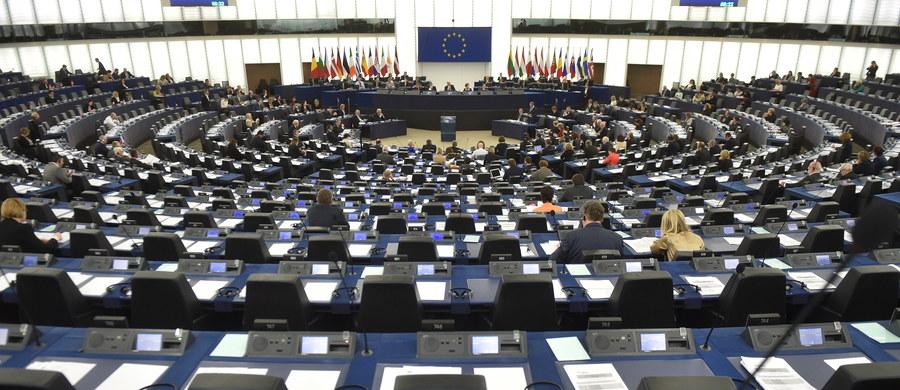 """Parlament Europejski przyjął rezolucję o sytuacji w Polsce. Oświadczył w niej, że jest poważnie zaniepokojony tym, iż faktyczny paraliż Trybunału Konstytucyjnego w Polsce zagraża demokracji, prawom człowieka i praworządności. Eurodeputowani wezwali polski rząd do """"przestrzegania, opublikowania i pełnego oraz bezzwłocznego wykonania orzeczenia Trybunału Konstytucyjnego"""" z 9 marca (Trybunał uznał w nim m.in., że kilkanaście zapisów PiS-owskiej nowelizacji ustawy o TK jest niezgodnych z konstytucją), a także wezwali do wykonania orzeczeń TK z grudnia 2015 roku."""