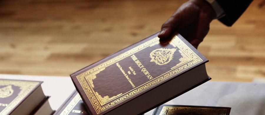 Niemiecka policja aresztowała trzech podejrzanych o finansowanie terroryzmu. Mężczyźni sprzedawali Koran, a zyski w sposób pośredni lub bezpośredni przekazywali Państwu Islamskiemu - poinformowała prokuratura w Stuttgarcie.