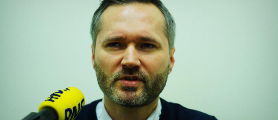 """Parlament Europejski przyjmuje krytyczną dla polskiego rządu rezolucję. """"Rezolucja PE zupełnie pominęła źródła dzisiejszego konfliktu, czyli działania koalicji PO-PSL, która chciała politycznie zawłaszczyć Trybunał"""" - uważa Jacek Sasin. Zdaniem PiS fakt przyjęcia rezolucji daje opozycji paliwo do wzniecania wojny politycznej z rządem. Europosłowie Platformy Obywatelskiej uważają z kolei, że to świadectwo zagrożeń, jakie niosą za sobą rządy PiS. Czy rząd zastosuje się do zaleceń Komisji Weneckiej? Jakie konsekwencje dla Polski oznacza przyjęta rezolucja? Marszałek Sejmu zapowiada, że niebawem przedstawi propozycje zespołu ekspertów w sprawie Trybunału Konstytucyjnego. Czy pozycja Polski na arenie Unii Europejskiej jest zagrożona? W czwartek gościem Konrada Piaseckiego w Kontrwywiadzie RMF FM będzie europoseł PO Jarosław Wałęsa."""