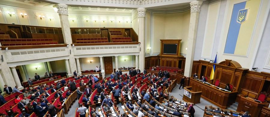 """Ukraińska koalicja parlamentarna zatwierdziła na stanowisko nowego premiera dotychczasowego przewodniczącego parlamentu Wołodymyra Hrojsmana – poinformował wieczorem jego rzecznik Dmytro Stolarczuk. """"Koalicja absolutną większością poparła kandydaturę Hrojsmana na premiera"""" – napisał na Twitterze."""