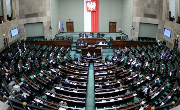 Nieprawdopodobne zamieszanie w Sejmie. Najpierw pojawiła się informacja, że Sejm odrzucił w głosowaniu kandydaturę profesora prawa karnego Zbigniewa Jędrzejewskiego na nowego sędziego TK. Po kilku minutach przerwy w posiedzeniu, ogłoszonej przez marszałka Marka Kuchcińskiego, ogłosił on, że kandydatura profesora została... przyjęta. Ponadto okazało się, że Małgorzata Zwiercan z Kukiz'15 głosowała za posła Kornela Morawieckiego.