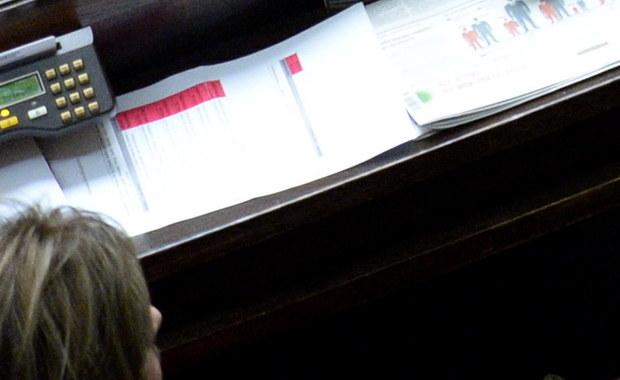 """PO złoży zawiadomienie do prokuratury w sprawie głosowania """"na dwie ręce"""" w klubie Kukiz'15. Podczas głosowania w Sejmie nad wyborem prof. Zbigniewa Jędrzejewskiego na sędziego TK posłanka Małgorzata Zwiercan zagłosowała w imieniu Kornela Morawieckiego."""