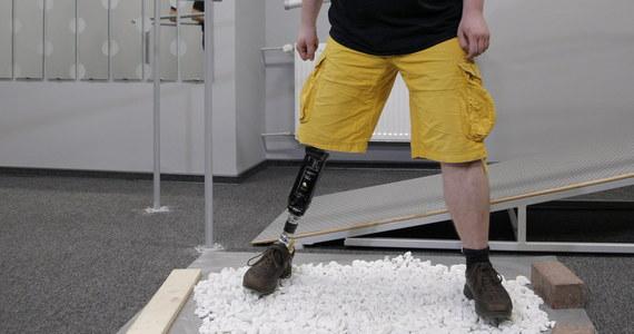 22-latek z Bytomia przetestował nowoczesną stopę protezową z włókna szklanego - jednego z najbardziej wytrzymałych materiałów na świecie. Filip Chlebicki stracił nogę jako niemowlę.