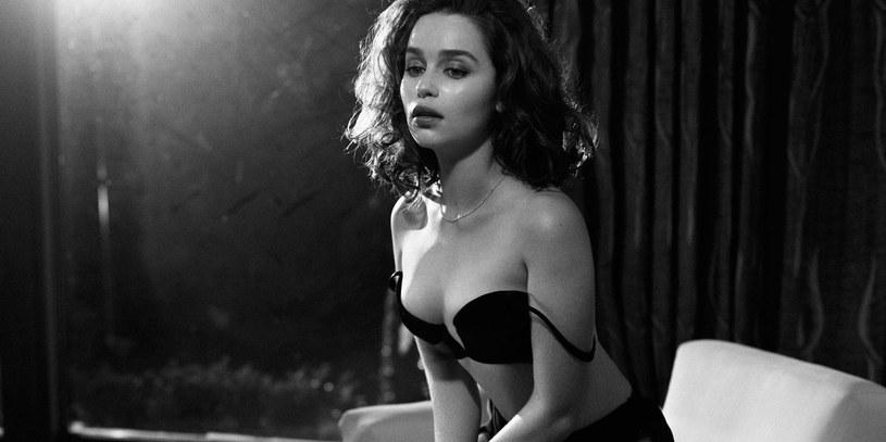 """Gwiazda serialu """"Gra o tron"""", Emilia Clarke, przyznała w programie """"The Ellen DeGeneres Show"""", że ubiegłroczna sesja dla magazynu 'Esquire"""" była możliwa dzięki """"wódce i Photoshopowi""""."""