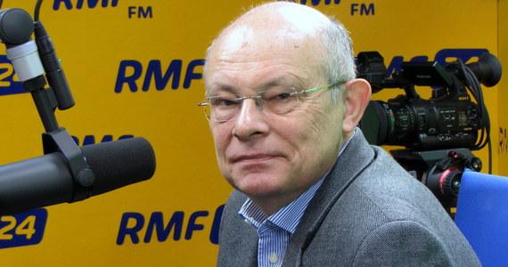 """""""Nie da się powtórzyć wczorajszego głosowanie, bo posiedzenie Sejmu zostało zamknięte. Źle, że tak się stało. Marszałek powinien ogłosić przerwę, pozwolić zebrać podpisy i rozpatrzyć wniosek"""" – mówi, o głosowaniu """"na dwie ręce"""", gość Kontrwywiadu RMF FM, były marszałek Sejmu, senator Marek Borowski. Jego zdaniem """"takie było prawdopodobnie polecenie, żeby wybrać sędziego i Marek Kuchciński się obawiał, że może nastąpić zakłócenie, co nie spodoba się prezesowi"""". """"Niesmak pozostał, bo każdy taki przypadek powoduje erozję wiary w społeczeństwie w to, że Polska jest państwem prawa"""" – ocenia gość RMF FM. Dodaje, że Marek Kuchciński powinien złożyć doniesienie do prokuratury w sprawie głosowania, bo to jego obowiązek. Były marszałek uważa, że """"nie tylko Małgorzata Zwiercan popełniła przestępstwo, ale także Kornel Morawiecki, który zachęcał ją do głosowania za niego"""". Gość Kontrwywiadu pytany o słowa marszałka seniora, który mówił, że poseł Kukiz'15 zrobiła to w afekcie, odpowiada: """"To nie najlepiej świadczy o panu Kornelu""""."""
