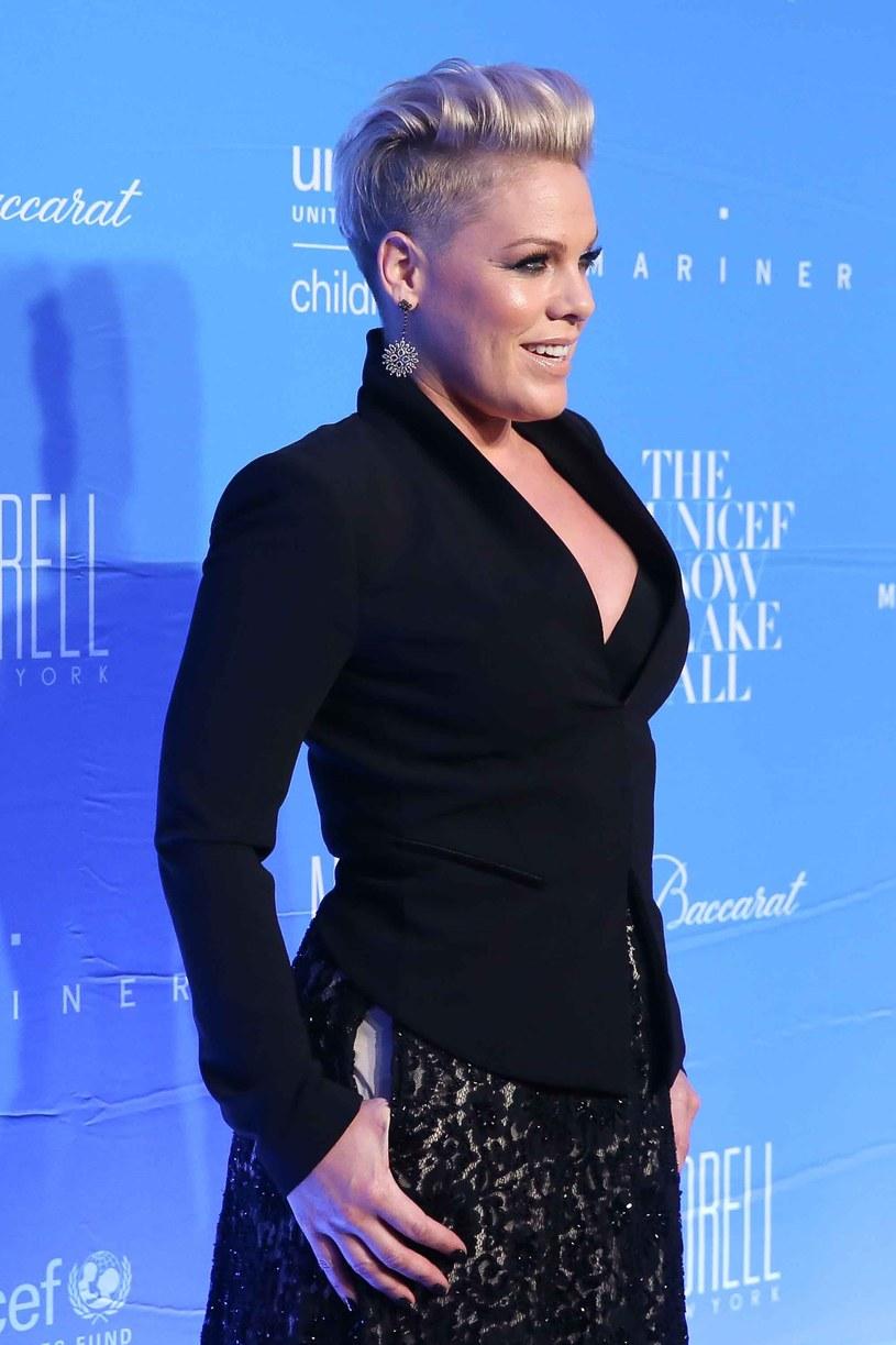 """""""Just Like Fire"""" to nowa piosenka Pink, która promuje film """"Alicja po drugiej stronie lustra""""."""