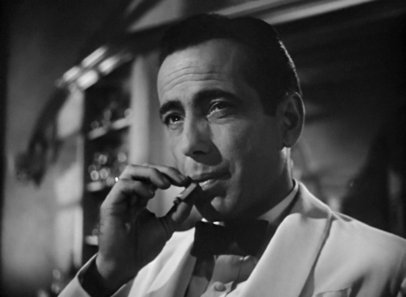 """Arcydzieła kina, wśród nich """"Słodkie życie"""" Federico Felliniego, """"Casablanca"""" Michaela Curtiza, a także filmy o Jamesie Bondzie przywołał sąd apelacyjny w Mediolanie w uzasadnieniu wyroku o przyznaniu odszkodowania rodzinie zmarłego nałogowego palacza."""