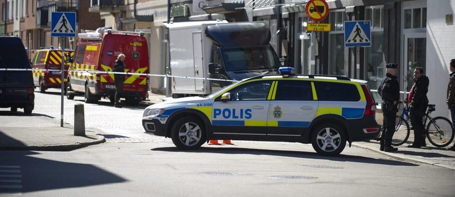 """Troje członków RAF, czyli Francji Czerwonej Armii są ścigani na terenie Szwecji - pisze gazeta """"Kvällsposten"""". Są podejrzewani o napady na konwoje bankowe w Niemczech. Wszystko wskazuje na to, że ukrywają się na południu Szwecji. Mają broń i są niebezpieczni. Frakcja Czerwonej Armii (RAF) terroryzowała RFN od lat 60. W 1998 roku organizacja rozwiązała się, jednak część skrajnie lewicowych bojowników nie złożyła broni."""