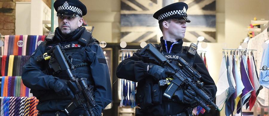 Brytyjska policja aresztowała pięcioro podejrzanych o przygotowywanie aktów terroru. Zatrzymań dokonano w ramach śledztwa związanego z zamachami w Paryżu i Brukseli. Nie ujawniono, gdzie miało dojść do przygotowywanych ataków.