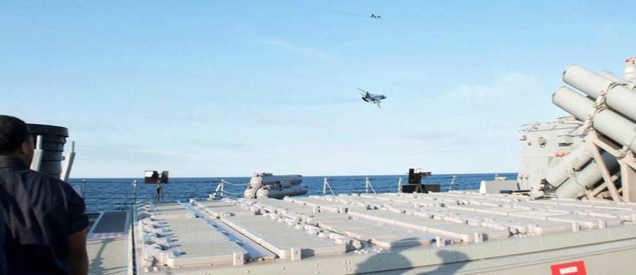 Kreml idzie w zaparte - rzecznik Władimira Putina powtórzył wersję rosyjskiego resortu obrony, że nie było żadnego incydentu z udziałem rosyjskich Su-24 i amerykańskiego niszczyciela USS Donald Cook na Bałtyku. Wcześniej sekretarz stanu USA John Kerry stwierdził, że okręt miał prawo zestrzelić rosyjski samolot, który zbliżył się na odległość mniejszą niż 10 metrów.