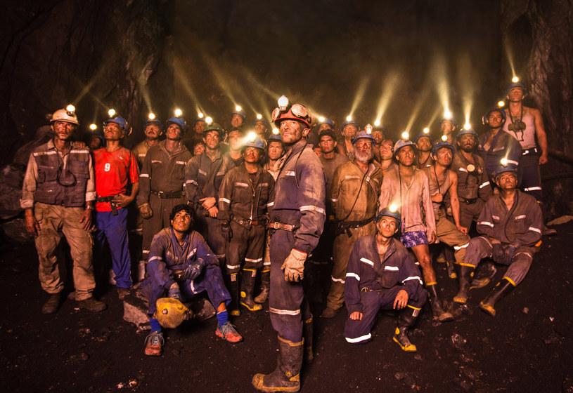 """5 sierpnia 2010 w chilijskiej kopalni złota San Jose doszło do tąpnięcia, w wyniku którego 33 górników zostało uwięzionych 700 metrów pod ziemią, gdzie spędzili 69 dni. Ich historia zainspirowała twórców filmu """"33"""" w reżyserii Patricii Riggen. Obraz, w którym główne role zagrali Antonio Banderas, Rodrigo Santoro i Juliette Binoche, jest już dostępny na płytach Blu-ray i DVD."""