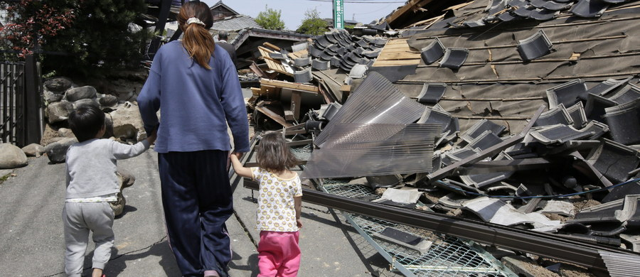 Południową Japonię nawiedziło w piątek (w sobotę nad ranem czasu lokalnego) silne trzęsienie ziemi. Według danych Japońskiej Agencji Meteorologicznej miało ono natężenie 7,3 st. Wydano ostrzeżenie przed tsunami, ale wkrótce je odwołano. Nie ma informacji o ofiarach śmiertelnych. To już kolejne trzęsienie ziemi. W nocy z czwartku na piątek ziemia zatrzęsła się w rejonie Kumamoto.