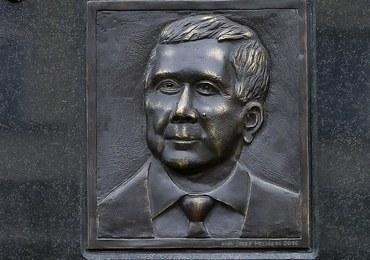 """Dyskusja na temat wizerunku Lecha Kaczyńskiego z płaskorzeźby. Autor: To """"polityczna draka"""""""