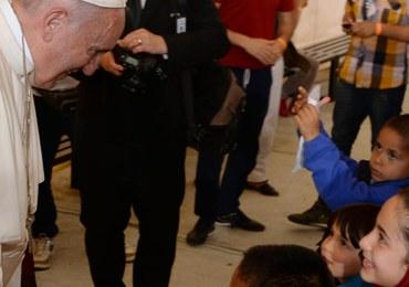 """""""Lecimy na spotkanie największej katastrofy po II wojnie światowej"""". Papież spotkał się z uchodźcami"""