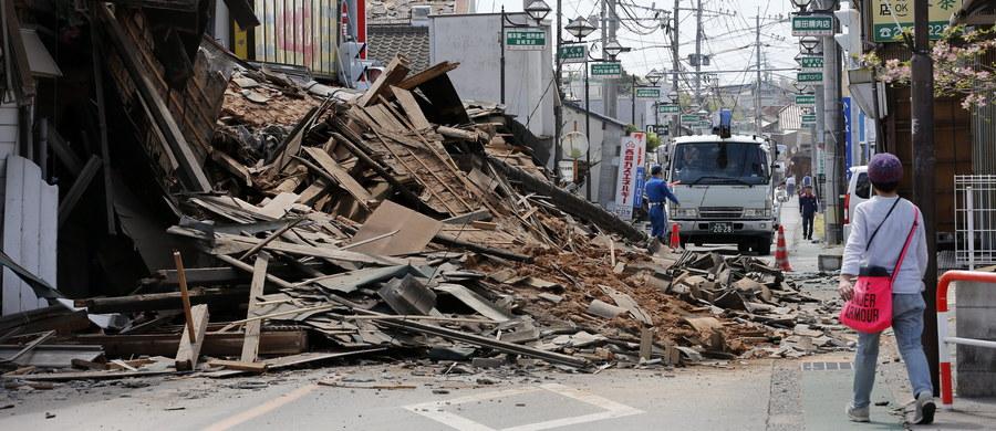 Liczba ofiar serii wstrząsów, jakie od czwartku nawiedziły południową Japonię w rejonie miasta Kumamoto, wzrosła do 41 - poinformowały w sobotę władze. Wiele ofiar jest uwięzionych pod gruzami. Według ekip ratunkowych bilans ofiar będzie rosnąć.
