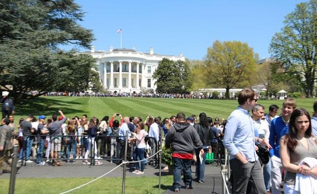 Kilkanaście tysięcy wczoraj i z pewnością tyle samo dziś zobaczy ogrody Białego Domu. Dwa razy w roku, wiosną i na jesień mieszkańcy Waszyngtonu i turyści mają okazję zobaczyć z bliska to, co każdego dnia ogląda amerykański prezydent Barack Obama. Nasz korespondent Paweł Żuchowski odwiedził rezydencję amerykańskiego prezydenta.