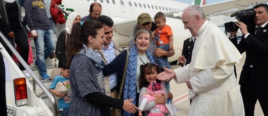 """""""Odwiedziliśmy jeden z obozów dla uchodźców, którzy pochodzą z Iraku, Afganistanu, Syrii, Afryki, z wielu krajów. Razem z patriarchą Bartłomiejem i arcybiskupem Hieronimem pozdrowiliśmy około 300 uchodźców, każdego po kolei. Wśród nich było wiele dzieci"""" – mówił podczas modlitwy w Watykanie papież Franciszek. Podkreślał, że uchodźcom i narodowi greckiemu zaniósł """"solidarność Kościoła""""."""