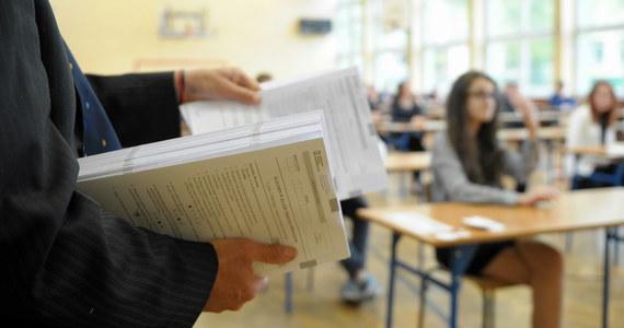 Ponad 360 tys. uczniów III klas gimnazjów w całym kraju przez trzy dni pisało testy sprawdzające ich dotychczasową wiedzę. W poniedziałek uczniowie zmierzyli się z testami humanistycznymi (historia, WOS, język polski). We wtorek pisali sprawdzian matematyczno-przyrodniczy, a w środę - z języka obcego. Po zakończeniu egzaminu na RMF24.pl publikowaliśmy arkusze wraz z propozycjami rozwiązań przygotowanymi przez nauczycieli.