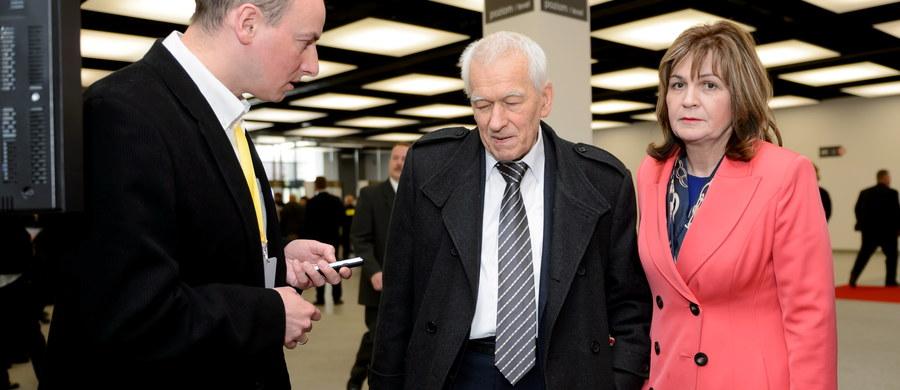 """""""Najpierw klub chciał wykluczyć mnie i posłów, którzy głosowali, ale potem doszli do wniosku, że będą głosować nad moim zawieszeniem. Powiedziałem, że nie będę się bawił w taki cyrki i rezygnuję"""" – mówi, pytany przez słuchaczy o odejście z Kukiz'15, gość Kontrwywiadu RMF FM marszałek senior Kornel Morawiecki. """"Dla wielu moich kolegów w klubie to moje wyjście też jest nie na rękę. Są zasmuceni. To ich osłabia"""" – uważa gość RMF FM. Dodaje, że Małgorzata Zwiercan, po zagłosowaniu za niego była załamana tym, co zrobiła, a klub chciał ją zniszczyć. """"To mi się bardzo nie podobało, bo naszą rolą jest się osłaniać, a nie atakować nawzajem. Może zagrały jakieś siły, którym zależało, żebyśmy się poróżnili"""" – ocenia polityk."""