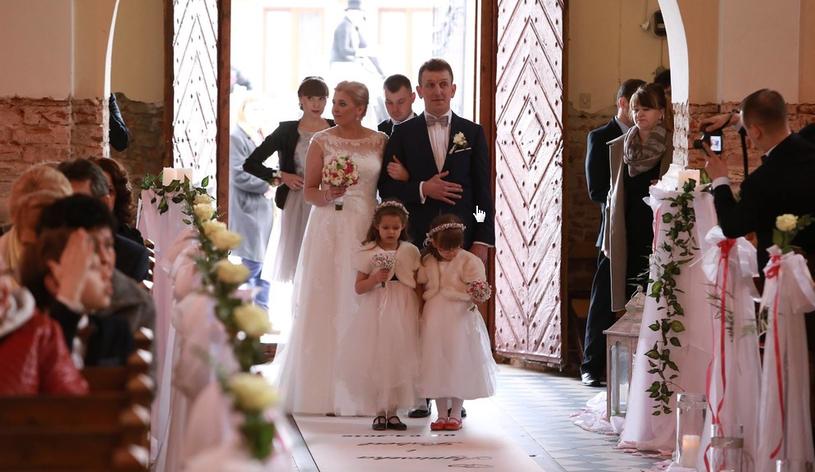 """Agnieszka i Robert, którzy poznali się w drugiej edycji programu """"Rolnik szuka żony"""", stanęli na ślubnym kobiercu. Para wzięła ślub 2 kwietnia. Na uroczystości pojawiło się ponad 300 gości."""