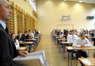 Egzamin gimnazjalny 2016: Uczniowie rozwiązują zadania z części matematyczno-przyrodniczej