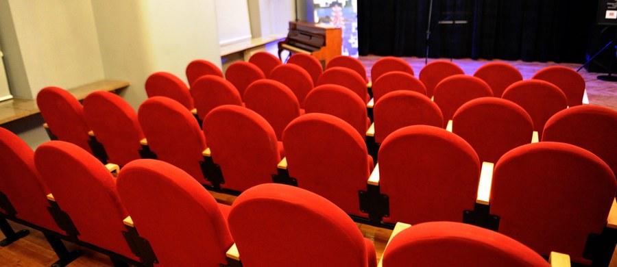 """W trakcie spektaklu w teatrze w Piacenzy na północy Włoch wybuchła tak gwałtowna awantura między aktorami w garderobie, że trzy osoby trzeba było odwieźć do szpitala. W ruch poszedł gaz pieprzowy, trzeba było ewakuować widownię. Tego dnia na scenie wystawiano """"Komedię omyłek"""" Szekspira..."""