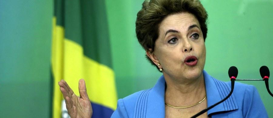 """""""Jestem ofiarą niesprawiedliwości. Będę walczyć, tak jak walczyłam przez całe moje życie"""" – oświadczyła prezydent Brazylii Dilma Rousseff. Zapowiedziała także, że próbę odsunięcia jej od władzy traktuje jako """"zamach stanu"""" i nie zamierza podać się do dymisji. W niedzielę Izba Deputowanych brazylijskiego parlamentu poparła impeachment dla obecnej szefowej państwa. Rousseff miała """"nielegalnie manipulować w księgowości, aby ukryć nieuprawnione wydatki rządu"""". Teraz wniosek o złożenie prezydent z urzędu zostanie przekazany do Senatu, który będzie miał sześć miesięcy na rozpatrzenie sprawy."""