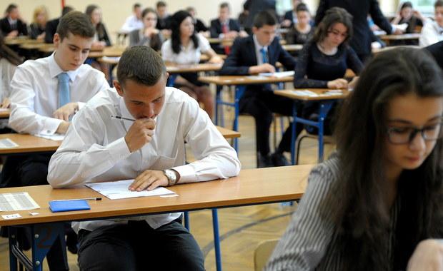Pierwszy dzień egzaminu gimnazjalnego już za nami. Na RMF24 publikujemy arkusze zadań z języka polskiego wraz z odpowiedziami. Sprawdźcie, jak Wam poszło. Propozycje rozwiązań testu przygotowali dla Was nauczyciele z lubelskiego gimnazjum nr 18. Jutro gimnazjaliści zmierzą się z przyrodą i matematyką. Rozwiązania poszczególnych zadań także znajdziecie na RMF24!