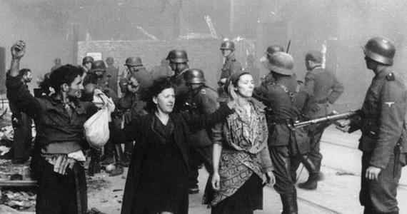 19 kwietnia 1943 roku żydowscy bojownicy z Żydowskiej Organizacji Bojowej i Żydowskiego Związku Wojskowego stawili zbrojny opór oddziałom niemieckim, które przystąpiły do likwidacji warszawskiego getta. W trwających blisko miesiąc walkach wzięło udział około tysiąca słabo uzbrojonych powstańców. Niemcy przeciwstawili im ponad 2 tysiące żołnierzy.