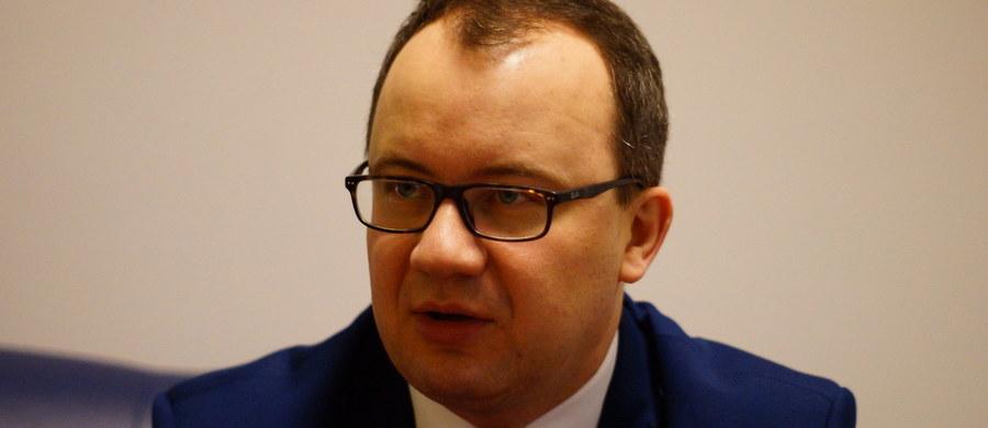 """""""Problem wynika z tego, że w Polsce w ostatnich latach mieliśmy masowy odpływ lekarzy za granicę. Jednocześnie nie stworzyliśmy odpowiedniego systemu uznawania kwalifikacji lekarzy z zagranicy"""" – mówi, pytany przez słuchaczy o kolejki do lekarzy, gość Kontrwywiadu RMF FM, Rzecznik Praw Obywatelskich Adam Bodnar. """"Nie możemy wierzyć w to, że Polscy lekarze, którzy wyemigrowali wrócą dobrowolnie. Raczej musimy się zastanowić, jak zacząć lekarzy importować"""" – uważa RPO. Pytany o to, jakich lekarzy brakuje, odpowiada, że najczęściej ludzie skarżą się na brak geriatrów. """"Jeżeli poważnie zajmujemy się problematyką osób starszych, to musimy im zapewnić podstawową opiekę zdrowotną"""" – mówi gość Kontrwywiadu. Dodaje, że """"opieka dla osób starszych nie powinna się sprowadzać do tworzenia domów Wigor i Uniwersytetu Trzeciego Wieku""""."""