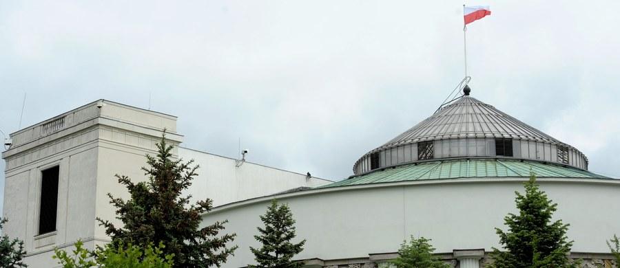 Sejm przyspiesza z budową ogrodzenia. Jak dowiedział się reporter RMF FM Krzysztof Zasada, pod koniec lata mają być gotowe wszelkie zgody na postawienie płotu od ulicy Wiejskiej. Właśnie ogłoszono przetarg na projekt i uzyskanie pozwolenia budowlanego.