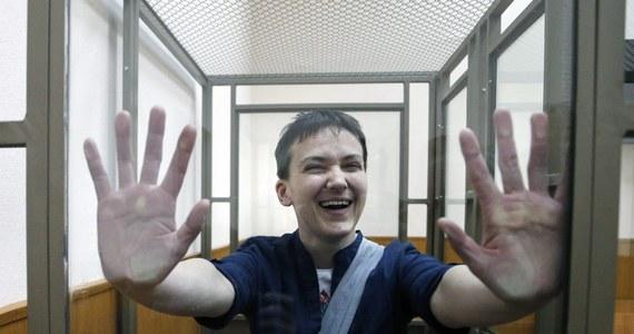 """Prezydent Ukrainy Petro Poroszenko ma nadzieję, że w rozmowie telefonicznej z prezydentem Rosji Władimirem Putinem udało mu się uzgodnić tryb uwolnienia skazanej przez rosyjski sąd na 22 lata więzienia lotniczki Nadii Sawczenko. """"Do mojej wczorajszej rozmowy z Putinem doszło z mojej inicjatywy. Wydaje mi się, że udało się nam uzgodnić pewien tryb uwolnienia Nadii"""" - powiedział Poroszenko na konferencji prasowej ze składającym wizytę w Kijowie premierem Danii Larsem Lokke Rasmussenem. We wtorek pojawiła się informacja, że Ukrainka przerwała głodówkę."""