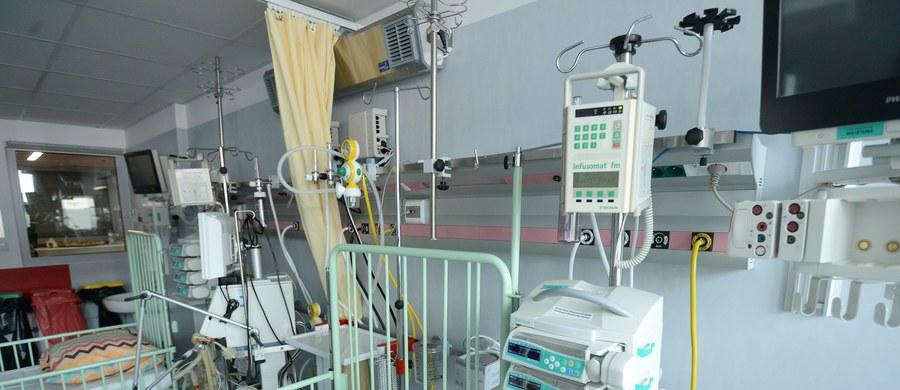 """W jednym z największych szpitali pediatrycznych w Polsce Instytucie """"Pomnik-Centrum Zdrowia Dziecka"""" otwarto nową część Kliniki Neonatologii, Patologii i Intensywnej Terapii Noworodka. Teraz to największy tego typu ośrodek w Polsce. Dodatkowo na terenie oddziału otwarty został bezpłatny pokój, w którym mamy mają się poczuć jak w domu, podczas pobytu dzieci w szpitalu. W swoim nowym kształcie klinika będzie mogła przyjąć rocznie trzy i pół tysiąca dzieci."""