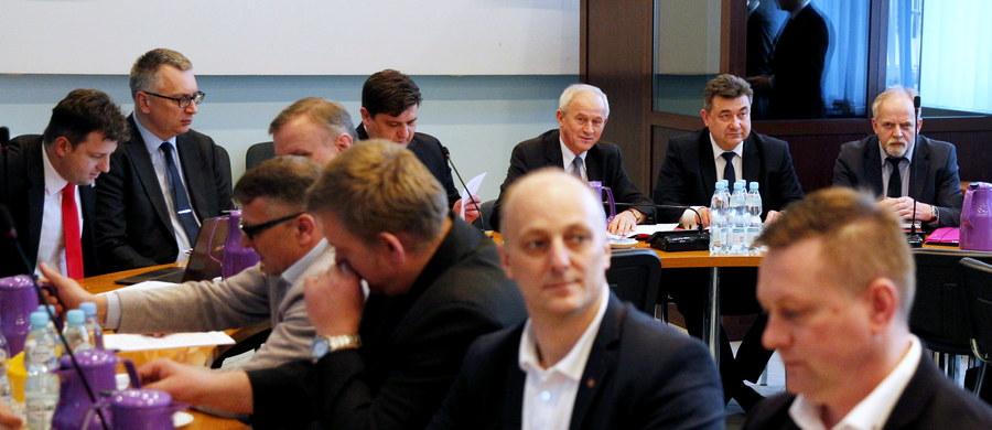 Związkowcy z Kompanii Węglowej zawarli we wtorek z zarządem spółki porozumienie, umożliwiające powstanie z początkiem maja Polskiej Grupy Górniczej (PGG), która przejmie kopalnie i załogę Kompanii. Związki zgodziły się m.in. na zawieszenie wypłat tzw. czternastej pensji przez dwa lata.