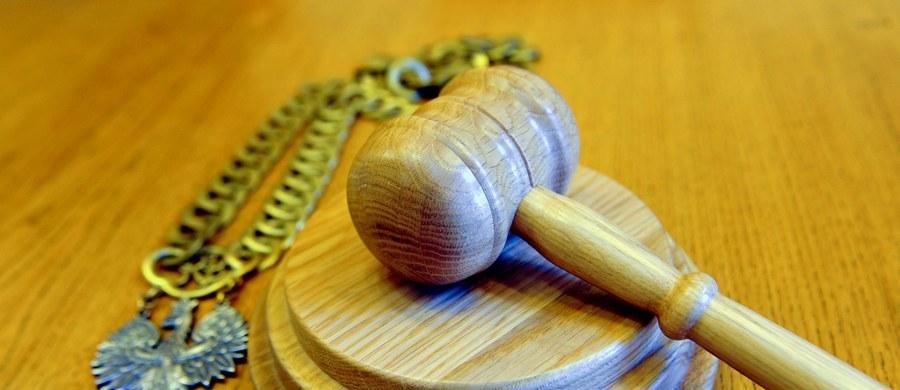 Elbląska prokuratura pozwała we wtorek do sądu urzędnika starostwa w Ostródzie o zapłatę ponad 45 tys. zł za podjęcie decyzji niezgodnej z prawem. To jeden z pierwszych przypadków zastosowania ustawy o odpowiedzialności majątkowej funkcjonariuszy publicznych.