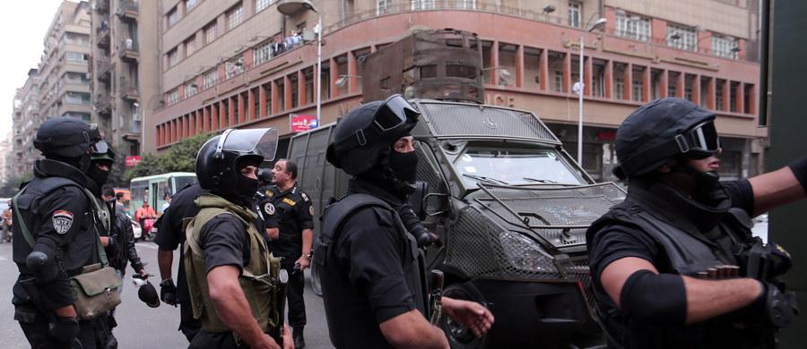 Setki mieszkańców stolicy Egiptu protestowały po tym, jak policjant zastrzelił ulicznego sprzedawcę oraz ranił dwie osoby. Do sporu doprowadziła... cena filiżanki herbaty.