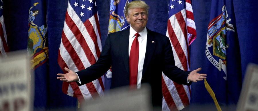 Z miażdżącą przewagą Donald Trump wygrał we wtorek prawybory republikańskie w stanie Nowy Jork. Miliarder umocnił się tym samym na pozycji lidera w wyścigu do partyjnej nominacji prezydenckiej w tegorocznych wyborach. Prawybory demokratyczne wygrała Hillary Clinton.