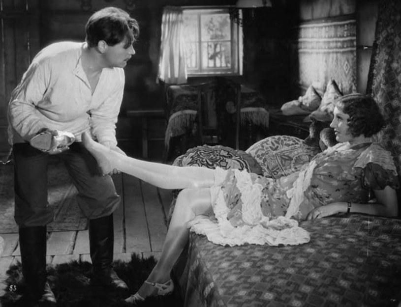 """Wielka sława ma swoje cienie - jak mało kto, wiedział o tym Eugeniusz Bodo. Adorujące go fanki w klatce kamienicy, gdzie mieszkał, pisały na ścianach wyznania miłosne. Przez ich """"twórczość"""" aktorowi groziła eksmisja."""