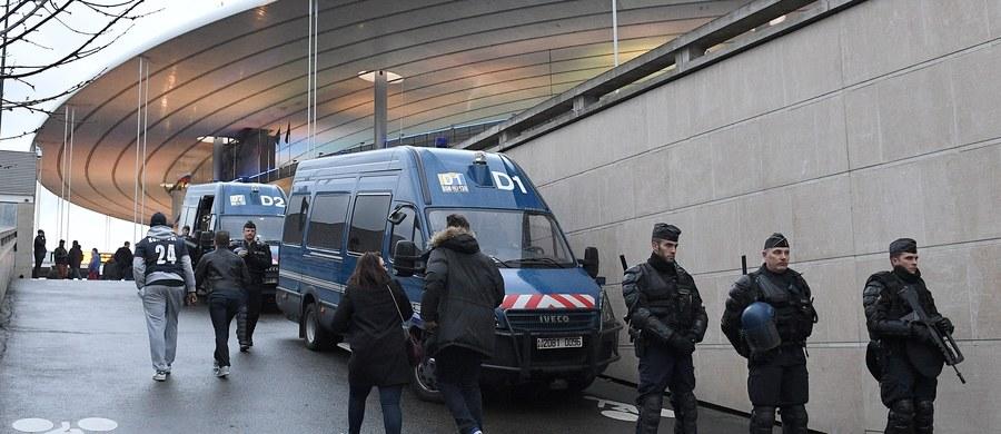Rząd Francji złoży w parlamencie propozycję przedłużenia o kolejne dwa miesiące stanu wyjątkowego. Wszystko po to, by zaostrzone przepisy obowiązywały podczas Euro 2016 – poinformował premier Manuel Valls. Stan wyjątkowy wprowadzono w listopadzie 2015 roku po zamachach w Paryżu.