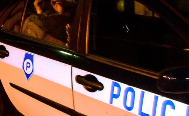 """Do połowy lipca przedłużony został areszt dla """"fałszywego profesora"""" z Poznania podejrzanego o seksualne wykorzystywanie kobiet. 69-latek podawał się za pracownika naukowego poznańskiej uczelni i prowadził specyficzne """"badania"""". Według policji, pokrzywdzonych w tej sprawie jest ponad 300 kobiet."""