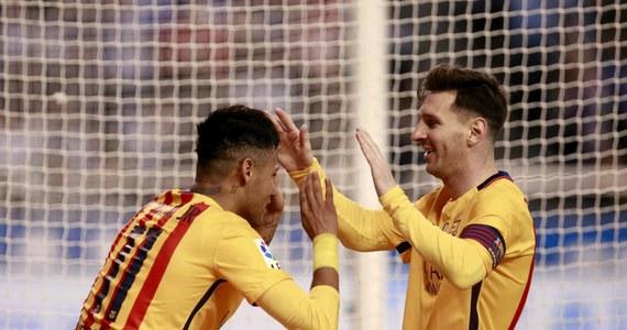 Piłkarze Barcelony przerwali złą passę i po trzech kolejnych porażkach w ekstraklasie tym razem rozgromili na wyjeździe Deportivo La Coruna 8:0 w 34. kolejce. Cztery bramki zdobył Urugwajczyk Luis Suarez. Katalończycy zachowają pozycję lidera ligowej tabeli.