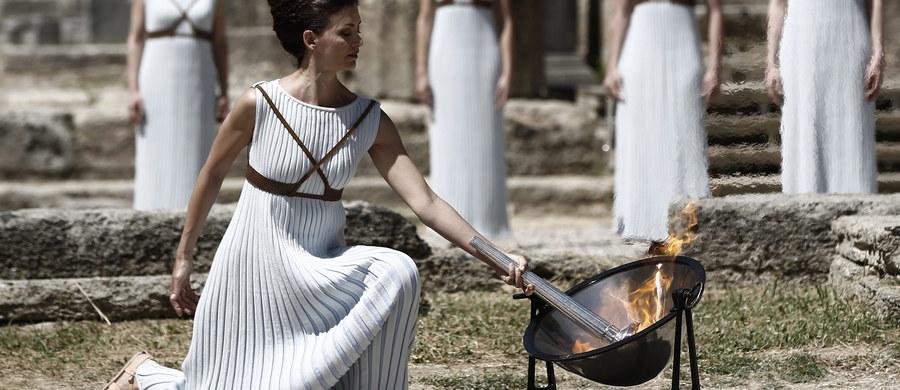 W południe w ruinach świątyni Hery w starożytnej Olimpii na Peloponezie wzniecony zostanie - przy pomocy promieni słonecznych - ogień, który 5 sierpnia zapłonie na stadionie Maracana w Rio de Janeiro, inaugurując letnie igrzyska.
