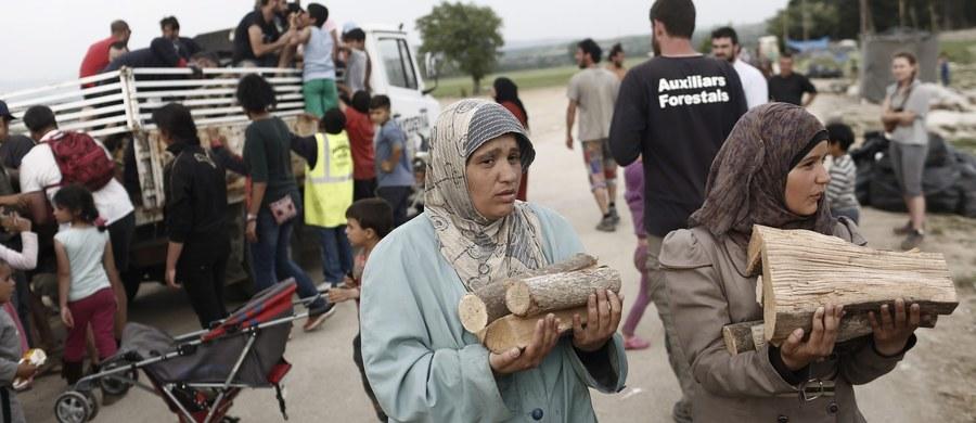 """Komisja Europejska zaproponowała reformę unijnej polityki azylowej. Zakłada ona wprowadzenie stałego systemu dystrybucji uchodźców, który byłby uruchamiany automatycznie w sytuacji kryzysowej. Opinie polityków europejskich w tej sprawie są podzielone. """"Przez proponowane kary to szantażowanie"""", """"Decyzje idą w dobrym kierunku""""."""