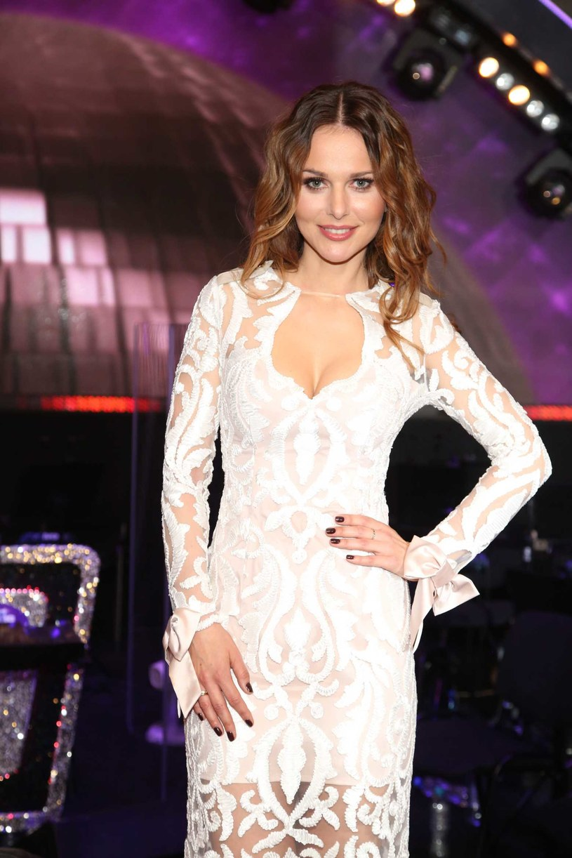 """Tego jeszcze nie było. Paulina Sykut-Jeżyna współprowadząca """"Dancing with the Stars. Taniec z Gwiazdami"""" zaśpiewa w piątkowym odcinku programu."""