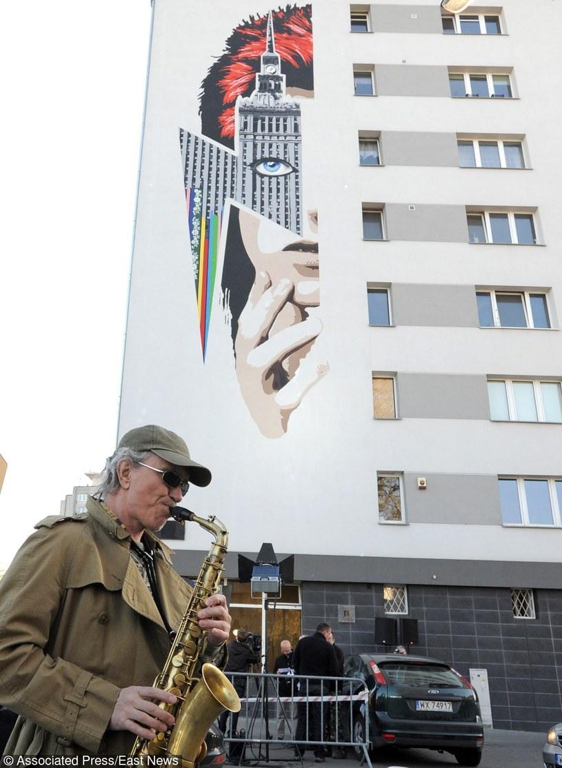 W czwartek (21 kwietnia) na Żoliborzu w Warszawie odsłonięto mural poświęcony Davidowi Bowiemu. Widnieje na nim nie tylko twarz muzyka, ale i Pałac Kultury i Nauki.