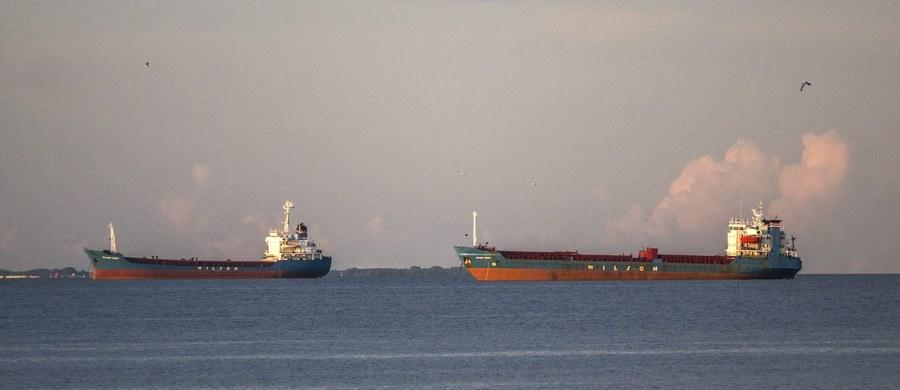 Międzynarodowa Organizacja Morska podjęła decyzję o zakazie wyrzucania zawartości toalet ze statków pasażerskich i promów do wód Bałtyku. Morze Bałtyckie należy bowiem do najbardziej uczęszczanych i zanieczyszczonych akwenów świata. Zdaniem Anny Johansson szwedzkiej minister infrastruktury, zakaz wprowadzono zbyt późno. Nowym regulacjom sprzeciwiały się jednak kraje położone nad Bałtykiem.