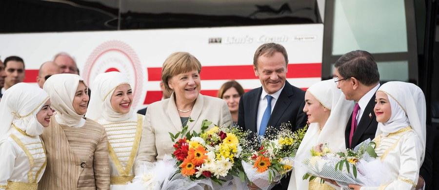 Turcja ponagla Unię Europejską do zniesienia wiz dla swoich obywateli. Premier kraju Ahmet Davutoglu ostrzega, że bez spełnienia tej obietnicy Ankara przestanie przyjmować uchodźców z krajów Wspólnoty. Jednocześnie zaprzeczył, że jego kraj odsyła migrantów z Europy z powrotem do Syrii.